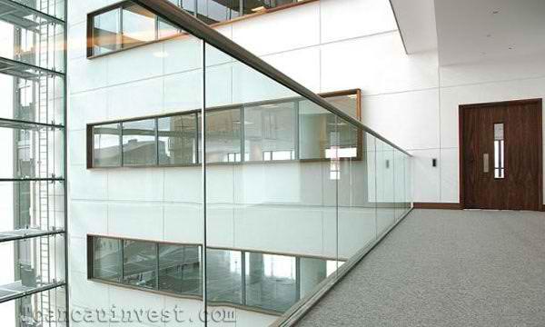 Lan can kính được sử dụng rất nhiều trong thiết kế tòa nhà