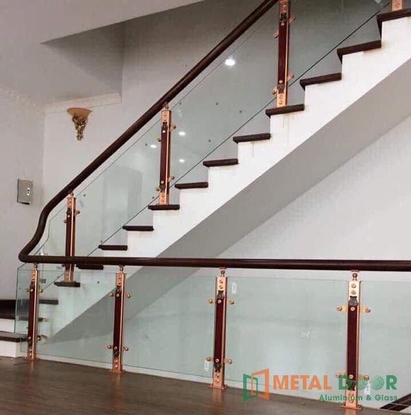 Mẫu cầu thang trụ gỗ lan can kính