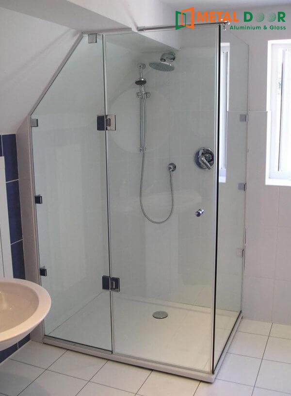 Mẫu vách kính phòng tắm mở quay